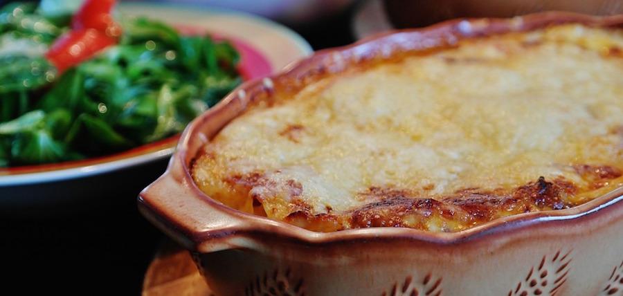 Lasagna pomodoro e mozzarella con pane Carasau