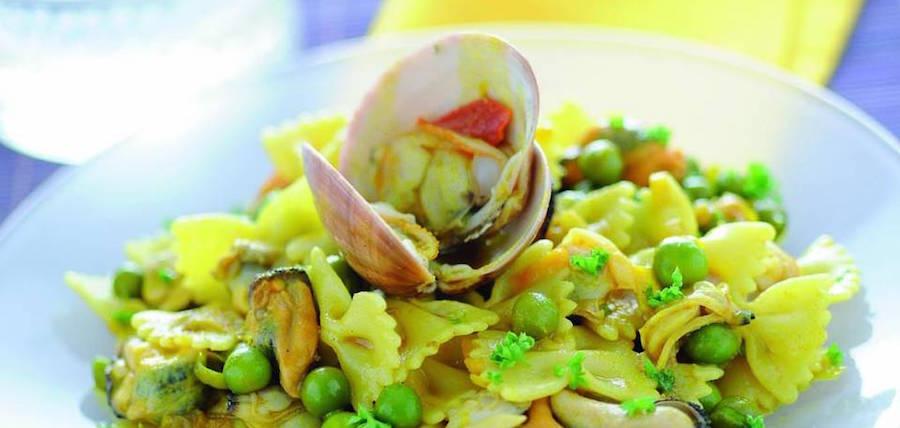 Pasta con piselli e frutti di mare alla curcuma